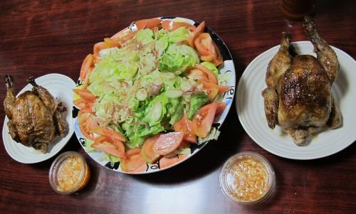 鶏の丸焼きのある食卓