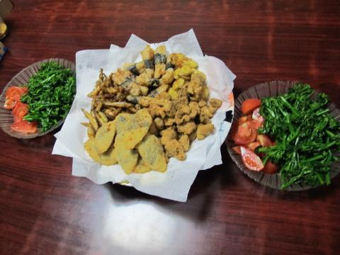 半額惣菜揚げ物とブロッコリー・トマト