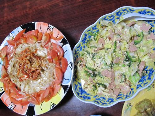 ゴーヤチャンプルー、オニオンとトマトのサラダ