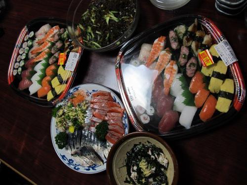 半額寿司、刺身盛り、もずく酢、イカゲソのぬた