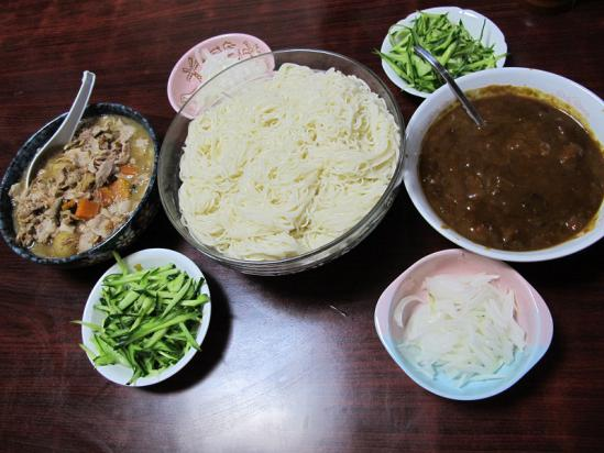 もつ鍋に豚バラ増量とレトルトカレーの素麺