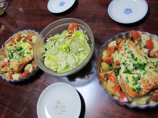 サーモンと野菜のオーブン焼き、サラダ