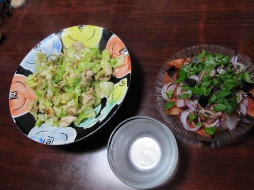 鶏ささみとキャベツの塩だれ炒め、トマトとオニオンのサラダ