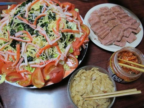 カップめんサラダとコンビーフ