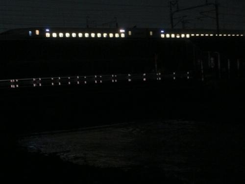 新幹線と増水した川