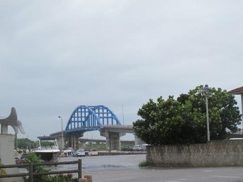 登野城漁港と橋