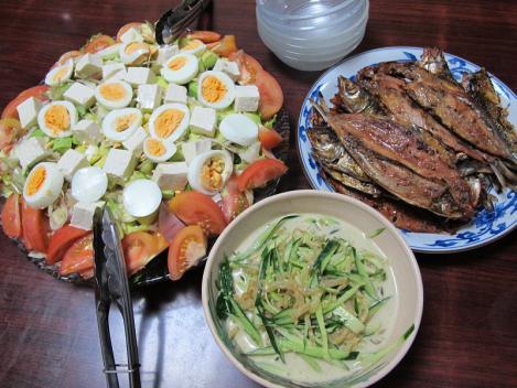 イワシみりん干し、茹で卵とアボカド・豆腐のサラダ、ミミガー