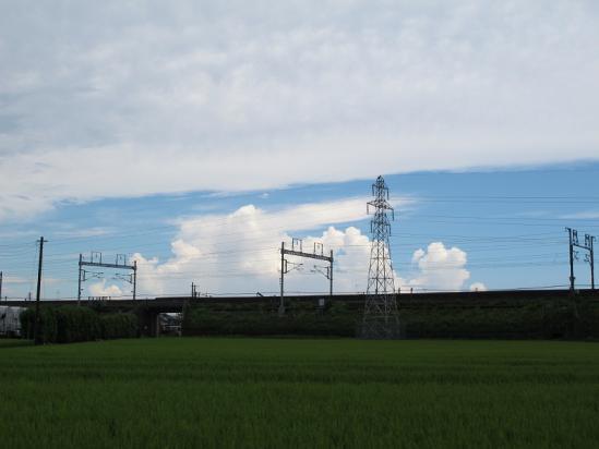 新幹線の架線と雲