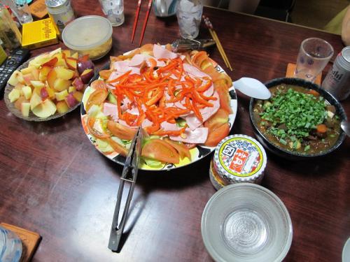 牛スジ煮込み、ハムサラダ、桃とプラム