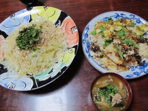 白身魚ソテー、オニオンと大根とツナのサラダ、豚肉とナスの味噌汁