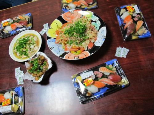 半額寿司、鮭白子ポン酢、トマトとオニオンのサラダ、トリ皮