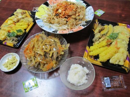 とり肉ともやし炒めキムチのせ、シシャモの南蛮漬け、買ってきた天ぷら