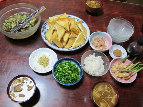 焼き油揚げ、モズク酢、ツミレとエノキの味噌汁、新ショウガ