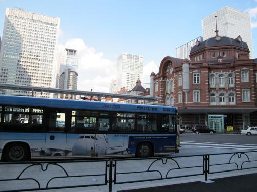 東京駅とバス