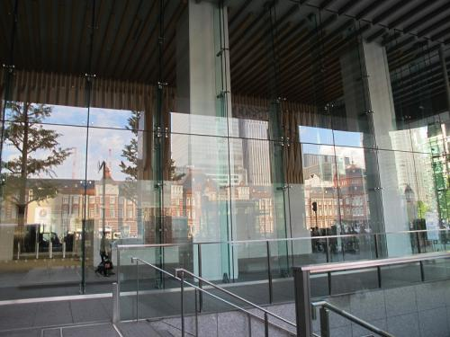 丸ビルに映る東京駅