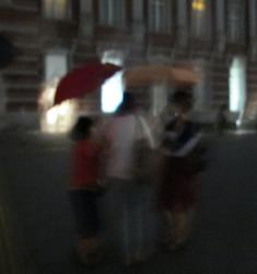 写真撮る人を護る傘