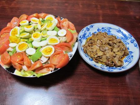 鶏の照り焼き、茹で鶏とアボカド、茹で卵入りサラダ