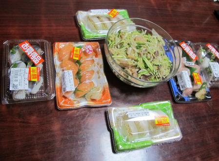 半額寿司と刺身サラダ