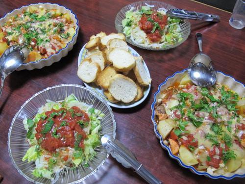 ポテトとサーモンのチーズ焼き、サラダ、カリッと焼いたフランスパン