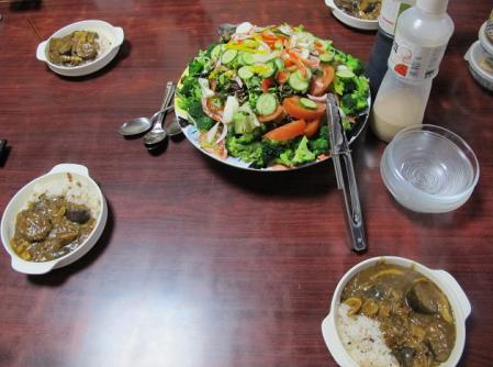 山盛りサラダとカレー