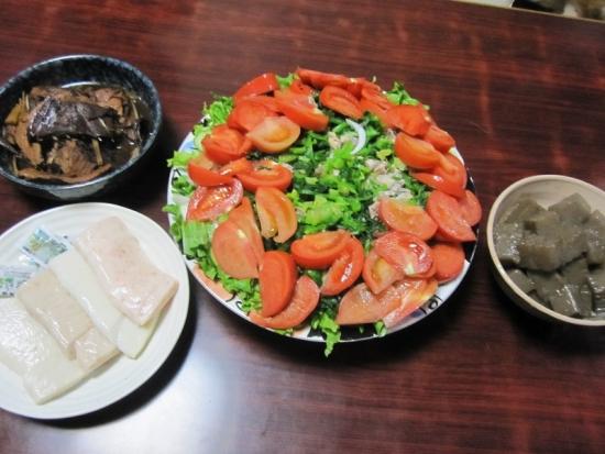 ほうれん草と豚肉のサラダ,こんにゃく塩だれ,かまぼこ,アラ煮