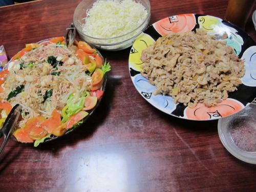 ブタ生姜焼き、ツナとミョウガ入りサラダ、キャベツの千切り