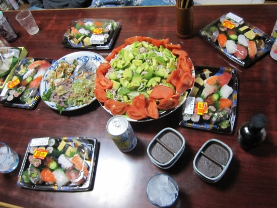 半額寿司,豚肉とアボカドのサラダ,刺身盛り合わせ