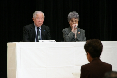 市民代表のメッセージを聞く横田ご夫妻