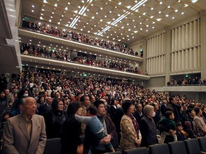 1800人の参加者による国歌斉唱