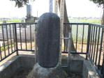欠けて丸くなった墓石