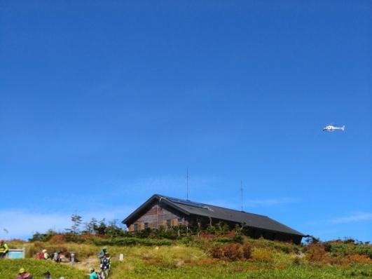 山頂ヒュッテとヘリコプター
