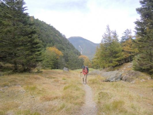 蓼科山を背に歩く