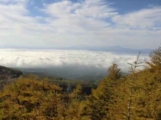 雲海と八ヶ岳がうっすらと