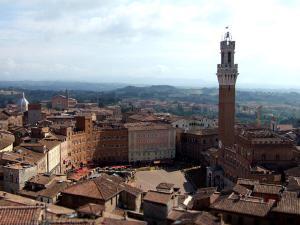 イタリア中部トスカーナ地方のシエナは、中世、ヨーロッパの金融業の中心地として栄え、豊かな財力を持った都市国家として独立していました。町の中央にある扇形をしたカンポ広場、そして周囲に連なる12世紀から16世紀にかけて築かれたゴシック様式の美しい建造物が、華やかだった中世の姿を今に残しています