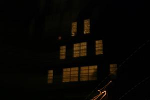 合掌造り 夜の窓あかり