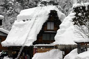合掌造り 屋根の雪下ろし風景