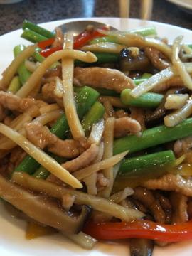 長白山豚肉とにんにくの茎の炒め物