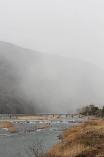雪煙る渡月橋