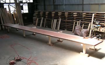 クレーンを使い、ひっくり返す、巨大テーブルの製作