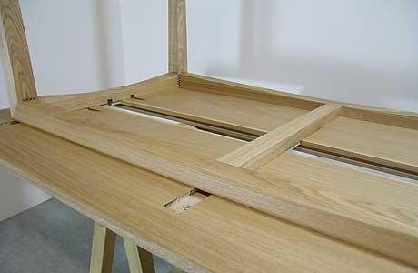 木のテーブルの裏側