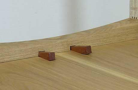 2ヶ所に木栓をさしたテーブル天板