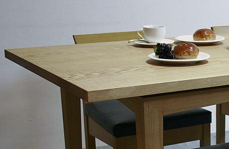 タモの無垢材ダイニングテーブル