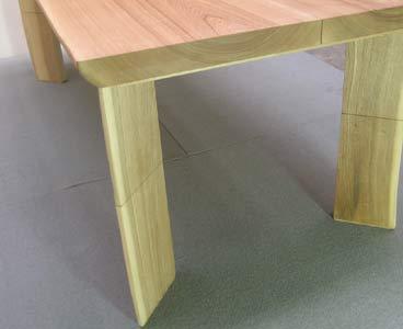 テーブルの脚を足すだけで高さが変わる