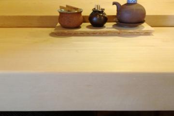 希少な木曽桧の一枚板カウンター