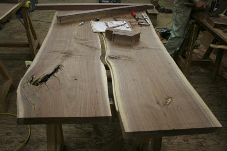 ホゾなど彫る作業や、巾接ぎは、家具職人が丁寧に作ります