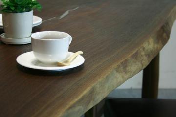 ウォールナットのテーブル:木表