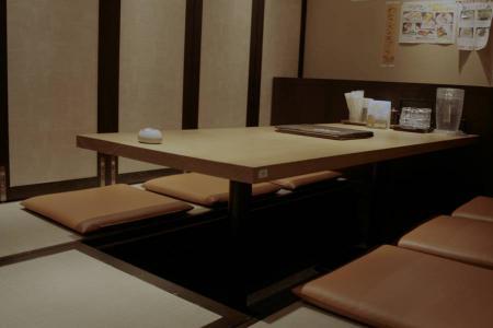 天板の中に反り止めを施したレストランのテーブル