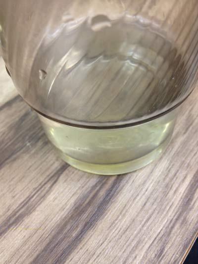 木目調のテーブルとコップ