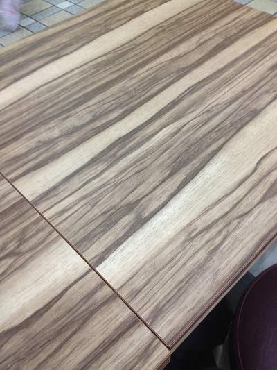 ゼブラ柄プリント合板のテーブル
