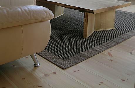 無垢の床材足元にラグを敷くと傷を防げます